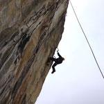 ein italienischer Kletterer in der äusserst rechten Route, ca. D9