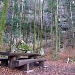 hinter den Picknickbänken versteckt sich der Drytooling-Spot