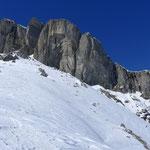 der imposante Gipfelaufbau von Süden. Kaum zu glauben, dass über eine steile Rinne der Durchschlupf zum Gipfelplateau von dieser Seite her möglich ist...