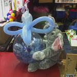 Hereingereicht wurden uns vom Kunden: Ein Stoffelefant und drei Benjamin-Blümchen-Kassetten (!). Geschenkballon, gehalten vom Elefanten, befüllt mit allerlei Dekorationsware und den drei Kassetten. Preis bei Abhole: € 15,-
