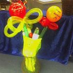 Ballonblumenstrauß, komplett mit auf Antik gemachten Drahtgeflechtkorb und Flasche Sekt (Piccolo, M&M). Komplettpreis: € 30,-. Sie bringen die Flasche vorher herein und benötigen den Korb nicht? - Dann nur € 3,-/Blume