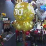 Ein echter Hingucker, nicht nur zum Geburtstag, sondern auch zur Goldhochzeit. Heliumballon 90 cm mit Dekoballons: € 35,-