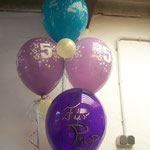 Mehrere einfache Ballons als Ballonstrauß zusammen gebunden, teilweise handbeschriftet: € 16,-