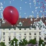 Ballonmassenstart. Ovale Ballons ab € 1,- , Herzballone ab € 1,50; Wegen der Größe empfehlen wir ovale Ballons für € 1,50 oder Herzen für € 2,50; gerne kümmern wir uns um evtl. Genehmigungen - lassen Sie sich beraten!