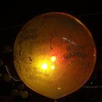 Es gibt zwar auch beleuchtete Ballons, dieser ist aber von hinten angestrahlt. Heliumballon 90 cm mit Aufdruck: € 25,-