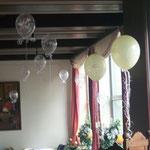 Teil einer Saaldekoration auf Burg Wassenberg 2012, Preis pro Ballon bei Abholung: Elfenbein Just Married: € 5,-; ChristalClear Tauben: € 3,-