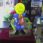 Ballonmann, neutral. Nicht zu sehen ist der Heliumballon, dessen Schnur am rechten Arm fixiert ist. Denkbare Anlässe sind: Geburtstag, Junggesellenabschied, in anderen Farben auch: Hochzeit, Jubiläen. Kosten bei Abhole: € 20,-