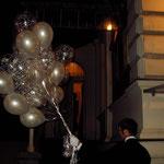 Ein prächtiger Ballonstrauß prächtig überreicht. Zu Ihrem festelichen Anlaß kommen wir gerne als Ballonbote zu Ihnen. Mögliche Kostümierungen: Klassische Hochzeit (s/w), Mittelalter, Pirat, Hausmeiser, wie Sie wünschen. Preise a.A.