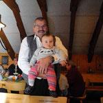 Martin Baer mit seinem ersten Grosskind Leonie