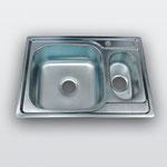 WW-6950B   Кухонная мойка из нержавеющей стали Покрытие:Матовая/Микродекор Размеры: 690х500 мм Толщина стали: 0,6 мм Глубина чаши: 180 мм Диаметр чаш: 400х400 мм - 180х310мм Комплектация: мойка + сифон + уплотнитель + крепления