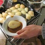 Birne mit warmer Karamelsauce