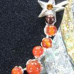 ramo si pietre in Calcedonio rosso, e una stella argentata sulla sommità
