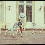 Brigitte Weinkauf mit Sohn Robert auf der Terrasse. Ostern 1970.