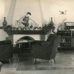 """Postkarte der """"PGH Fotostudio Potsdam"""" mit Kaminsaal, um 1970. Hier trafen Brigitte Reimann und Siegfried Pitschmann erstmals aufeinander. Pitschmann berichtet darüber in der Dokumentation """"Und trotzdem haben wir immerzu geträumt davon""""."""