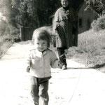 Die Autorin und Übersetzerin Kristina Hering mit Tochter Sandra auf der Uferbefestigung. 1976.