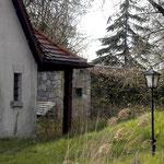 Hinter dem Badehäuschen zu erkennen: ein Flachbau, der einige Jahre eine Kegelbahn beherbergte. April 2004.