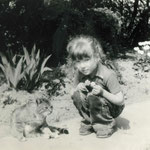 Sandra Hering mit einer der Petzower Katzen.