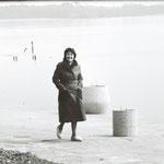 Die Schriftstellerin Lonny Neumann am Ufer des Schwielowsee, Februar 1976.
