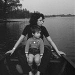 Brigitte und Robert Weinkauf im Ruderboot auf dem Schwielowsee. 1971.