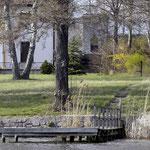 Am Ende des Weges vom See zur Straße steht die alte Gartenpumpe. April 2004.