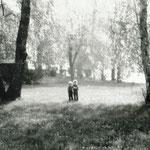 Sandra Hering mit Bruder Alexander auf der Wiese des Grundstücks. 1980.