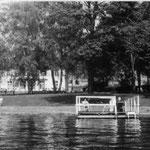 Blick vom Schwielowsee, auf dem Steg sitzen Heimgäste. Mai 1987.