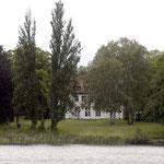 """Blick von der Seeseite. Im Mai 2005 diente das Haus als Drehort, vermutlich für die Telenovela """"Anna und die Liebe"""", deren Hauptdrehort das Schloss Petzow war."""