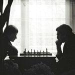 Hannelore Pech und Robert Zoppeck beim Schachspiel.