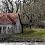 Das alte Badehaus am Seeufer. April 2004.