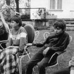 Petzow-Kinder auf der Wiese des Grundstücks. unter anderem Ulrike Rosenlöcher (links) und Johannes Biskupek (2.v.r.). Mai 1987.