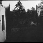 """Die Einfahrt zum Grundstück. Links das Schild """"Schriftsteller-Erholungsheim Friedrich Wolf"""". 1971."""
