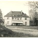 Gäste auf der Terrasse, vorn Horst von Tümpling (1938 - 1983) mit Familie.