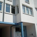 Wohnungsecke im Überhang mit blauem, ungedämmten Betonunterzug
