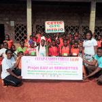 """La """"famille"""" de l'école CETIC de Medjo et des aides bénévoles"""