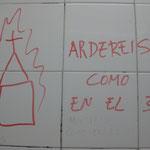 Pintada amenazante en el baño de chicos.