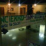 Cartel que atraviesa el hall convocando un encierro previo a la huelga del 17 de noviembre.