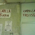 Carteles colgados junto a la sede de UHP con insultos.