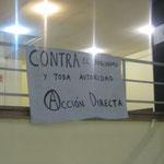 Cartel anarquista colgado cerca de la capilla.