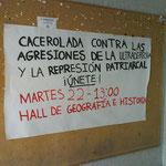 Cartel en la entrada de la facultad convocando a la cacerolada del 22 de marzo.