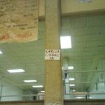 Cartel colgado en una columna del piso superior.