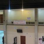 Carteles colgados en el tercer piso de la facultad (sobre el hall).