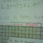 Detalle de la firma de los carteles que hay junto a los microondas de la cafetería.