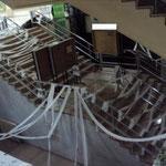 Vista general de las escaleras centrales que llevan a la cafetería y a la capilla.