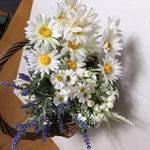 バスケットフラワー No2270 ¥3.000 籠サイズ W17㎝ D13㎝ H6.5㎝ 無造作にバスケットに入れた造花、マーガレット,カスミ草、ラベンダー