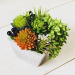 多肉のプランター No2268 ¥4.000 サイズ:W11.5㎝ D11.5㎝ H10㎝ 造花なので手入れ不要、BOX型、テーブルセンターに