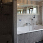 Dusche und Badewanne separat