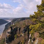 Blick von der Bastei die Elbe hinunter -  flussabwärts Richtung Dresden