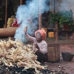Frau verbrennt Maisblätter, Kalaw - Myanmar