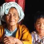 Oma und Enkelin gewähren uns Schutz vor dem Monsun - Myanmar