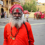Saddhu- heiliger Mann während eines Elefantenfestes in Jaipur, Indien